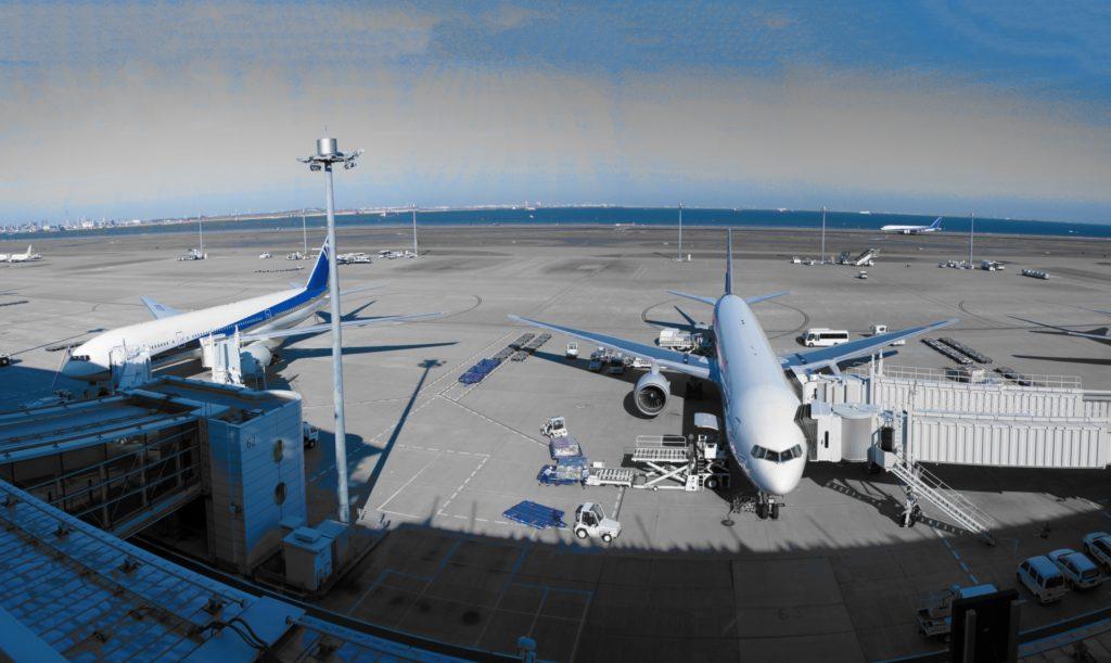 空港の滑走路にいる飛行機
