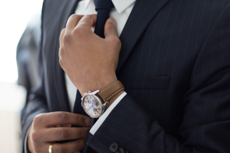 スーツ姿の男性のイメージ