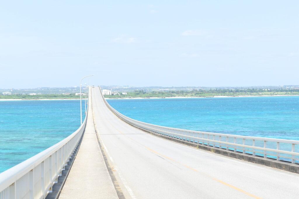 来間大橋と海